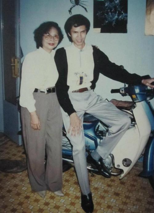 Chàng trai Nguyễn Đức Minh và mẹ tại nhà riêng. Ảnh tư liệu.