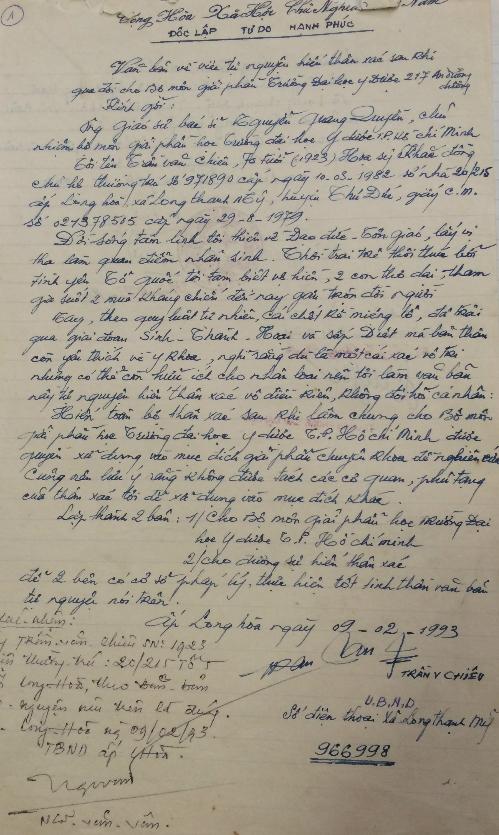 Lá đơn hiến xác đầu tiên cho y học vào năm 1994 được lưu giữ tại Đại học Y dược TP HCM. Ảnh: Lê Phương.