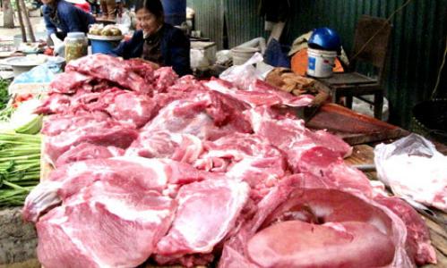 Thịt lợn bày bán tại chợ. Ảnh: Tuệ Minh.