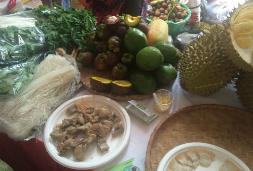 Các mặt hàng rau, thịt phong phú. Ảnh: Lê Phương.