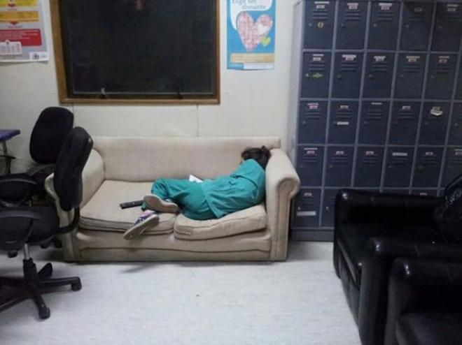 Bác sĩ đua nhau chia sẻ ảnh ngủ gục sau ca trực