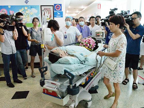 Hành động cao cả của người đàn ông ngoại quốc đã thu hút sự chú ý của truyền thông và lòng tri ân của người dân Trung Quốc. Ảnh: China Daily.