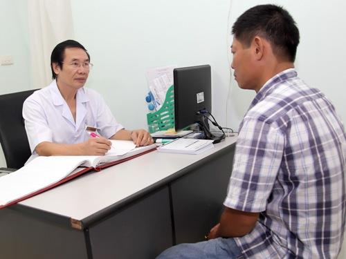 Bác sĩ đangNguyễn Khắc lợi đang tư vấn cho một trường hợp hiếm muộn