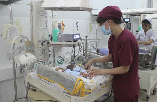 Hai bé đang được chăm sóc tích cực trong phòng cách ly để tránh nguy cơ nhiễm trùng trong lúc chờ mổ. Ảnh: Lê Phương.