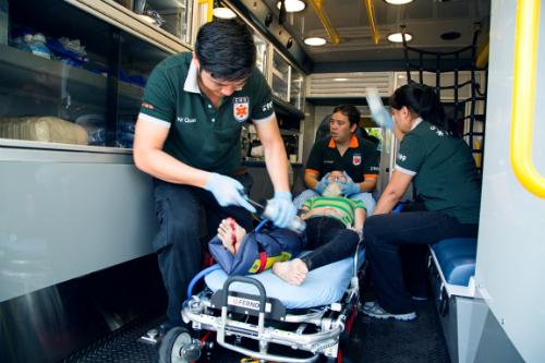 Bệnh nhân được thực hiện sơ cứu trước khi chuyển đến viện. Ảnh: T.N