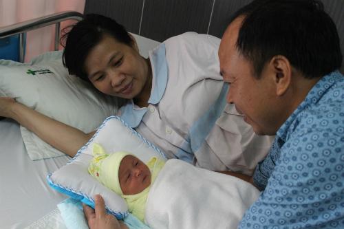 Hạnh phúc bên con trai của cặp vợ chồng hiếm muộn. Ảnh: T. P