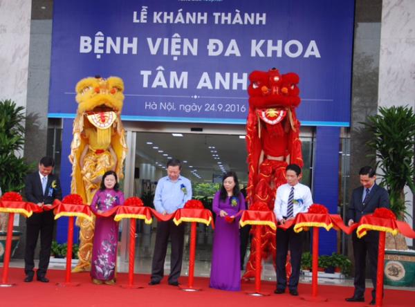 Thượng tướng Tô Lâm, Bộ trưởng Bộ y tế Nguyễn Thị Kim Tiến cùng đại diện các lãnh đạo sở, ban ngành cắt băng khánh thành BV ĐK Tâm Anh