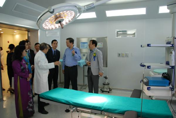Các đại biểu, Lãnh đạo ngành y tế tham quan cơ sở vật chất Bệnh viện Tâm Anh