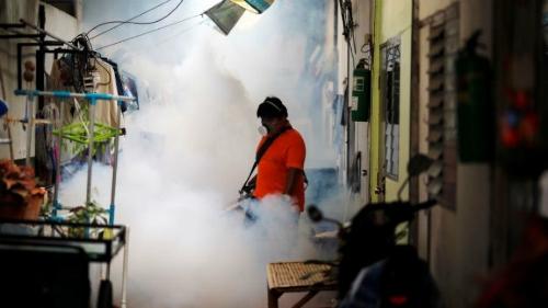 Phun hóa chất để kiểm soát sự lây lan của muỗi tại một trường đại học ở Bangkok. Ảnh: Reuters.