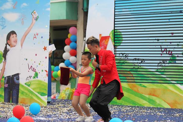 Ngoài ra, các bé còn được xem những màn trình như nhảy, xiếc, ảo thuật ấn tượng.