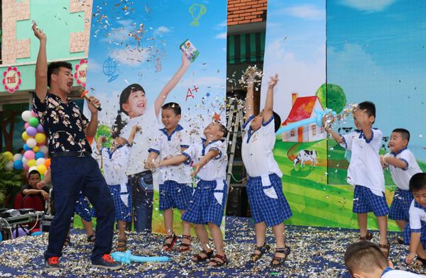 Danh hài Xuân Bắc cũng góp mặt trong chương trình với những trò chơi vui nhộn, dí dỏm, mang lại tiếng cười sảng khoái cho các em học sinh.