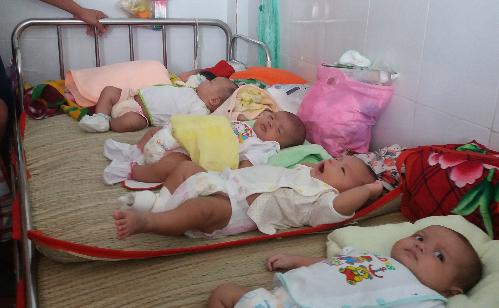 Khoa Hô hấp Bệnh viện Nhi đồng 1 hiệnthường xuyên trong tình trạng4-5 trẻ một giường bệnh. Ảnh:H.N