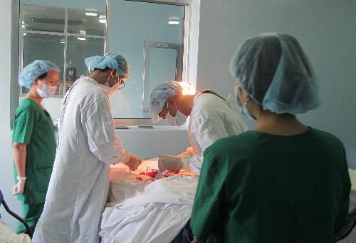 Các bác sĩ thực hiện phẫu thuật. Ảnh: T.P