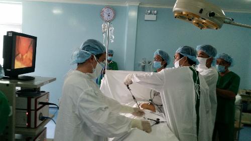 Các bác sĩ thực hiện phẫu thuật nội soi. Ảnh: T.N