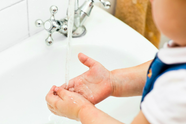 Mẹ nên dạy bé quy trình rửa tay 6 bướcbằng xà bôngtrong ít nhất 30 giây.