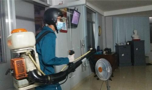 Nhân viên y tế dự phòng phun thuốc diệt muỗi chống Zika, sốt xuất huyết tại TP HCM chiều 21/10. Ảnh: Hoài Nhơn.
