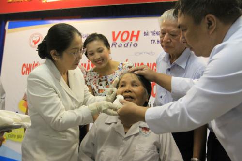 Bà Tánh được mở băng phẫu thuật tại lễ chào mừng ca mổ mắt thứ 500.000. Ảnh: T.P