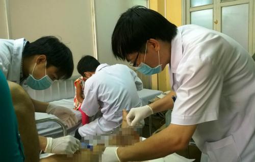 Chăm sóc vết thương bàn chân cho bệnh nhân tiểu đường. Ảnh: M.T