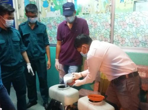 Trung tâm Y tế dự phòng quận 5 phun hoá chất diệt muỗi xử lý ổ dịch do virus Zika. Ảnh: D.P
