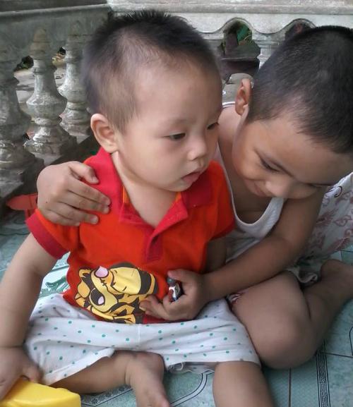 Phong chăm em trai trong lúc mẹ đi viện. Ảnh: T.A