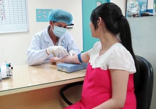 Thai phụ được bác sĩ lấy mẫu máu xét nghiệm đái tháo đường thai kỳ. Ảnh: T.N