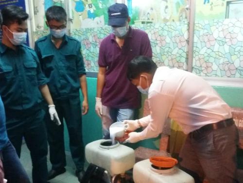 Nhân viên trung tâm y tế dự phòng tại TP HCM chuẩn bị hóa chất phun diệt muỗi trên cộng đồng.