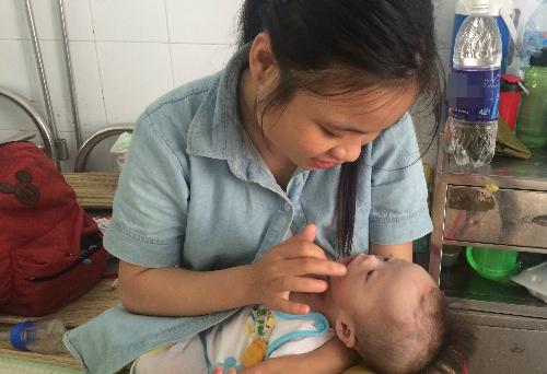 Bé Tú và mẹ tại Bệnh viện Nhi đồng 2 (TP HCM). Ảnh: Lê Phương.