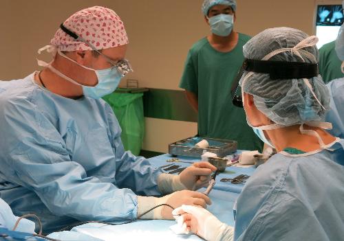 Bác sĩ Stéphane Guero (trái) trong ca phẫu thuật dị tật bàn tay. Ảnh: P.K