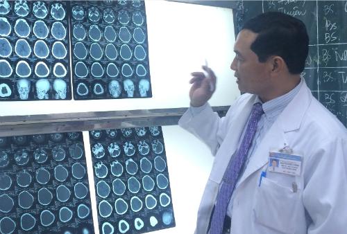 Hiện các bác sĩ đã cho phác đồ kháng sinh mạnh nhấn để khống chế tình trạng viêm màng não. Ảnh: Lê Phương.
