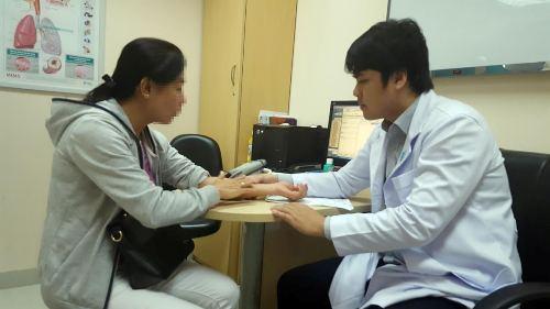 Bác sĩ đang thăm khám cho một bệnh nhân có triệu chứngSteven Johnson