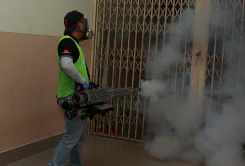 Nhân viên y tế sử dụng kỹ thuật phun hơi nóng diệt muỗi phòng, chống bệnh do virus Zika tại ký túc xá Đại học Khoa học Xã hội và Nhân văn TP HCM. Ảnh: Phương Vy)