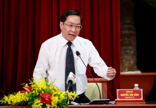 Giám đốc Sở Y tế TP HCM Nguyễn Tấn Bỉnh trả lời chất vấn của đại biểu HĐND ngày 8/12. Ảnh: Thành Nguyễn