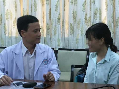 Bệnh nhân hồi phục trò chuyện cùng bác sĩ điều trị. Ảnh: Lê Phương.