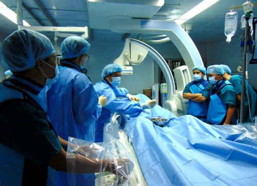 Các bác sĩ thực hiện ca can thiệp đầu tiên tại Bệnh viện Đa khoa Phú Yên. Ảnh bệnh viện cung cấp.