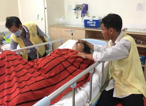 Chị Thúy bị liệt nửa người, hiện vẫn nằm mê man truyền thuốc mỗi ngày. Ảnh: T.P