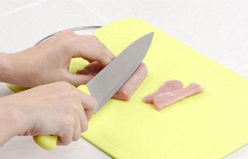Nên sử dụng thớt nhựa để cắt thịt sống. Ảnh: kitchen.