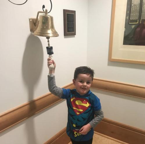 Em bé 6 tuổi rung chuông ăn mừng khỏi bệnh ung thư