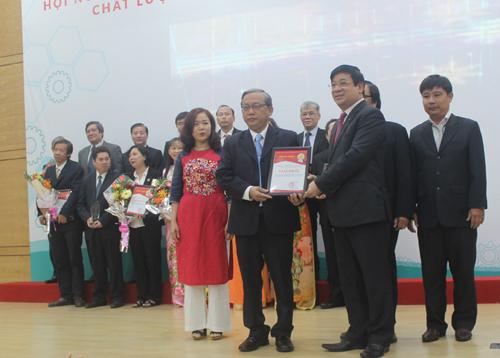 Phó giáo sư Lương Ngọc Khuê, Cục trưởng Quản lý khám chữa bệnh trao giải nhất cho Bệnh viện Nhi đồng 1. Ảnh: Lê Phương.
