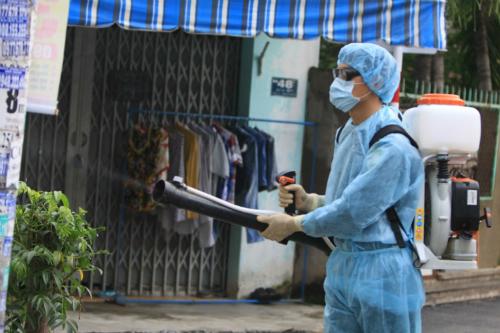 Phun thuốc diệt muỗi tại TP HCM. Ảnh: P.V