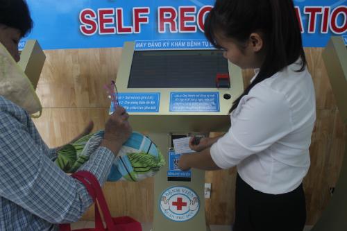 Máy đăng ký khám bệnh có nơi quét mã vạch bảo hiểm y tế, lấy số thứ tự. Ảnh: Lê Phương.