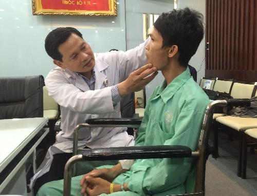 Bác sĩ Hoàng Bá Dũng kiểm tra sức khỏe cho bệnh nhân. Ảnh: Lê Phương.