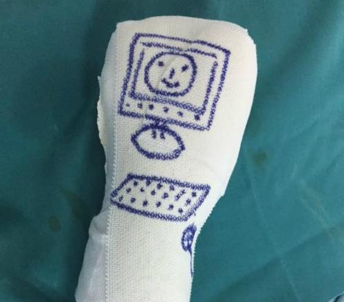 Một bệnh nhi cực kỳ thích máy tính nên được bác sĩ vẽ tặng hình máy tính kèm bàn phím. Ảnh: X.A