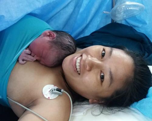Nụ cười hạnh phúc của người mẹ khi đón con chào đời. Ảnh: C.T