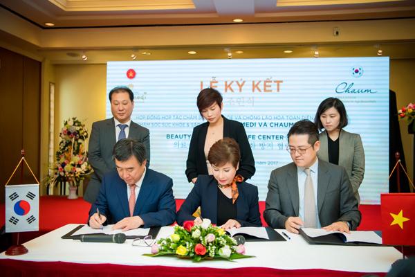 Ông Rhie Dong Mo - Giám đốc điều hành Chaum Center Life và bà Đặng Thanh Hằng - Tổng giám đốc Viện chăm sóc sức khỏe sắc đẹp Thanh Hằng Beauty Medi ký kết hợp tác hai bên.