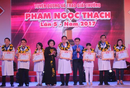 27-thay-thuoc-tre-sai-gon-nhan-giai-thuong-pham-ngoc-thach