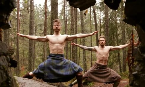video-hai-nguoi-dan-ong-mac-vay-tap-yoga-thu-hut-trieu-nguoi-xem