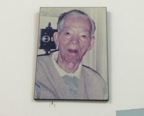 Ảng cố giáo sư Phạm Biểu Tâm được treo trang trọng trên cao trong phòng làm việc của học trò là giáo sư Văn Tần tại Bệnh viện Bình Dân. Ảnh: Lê Phương.