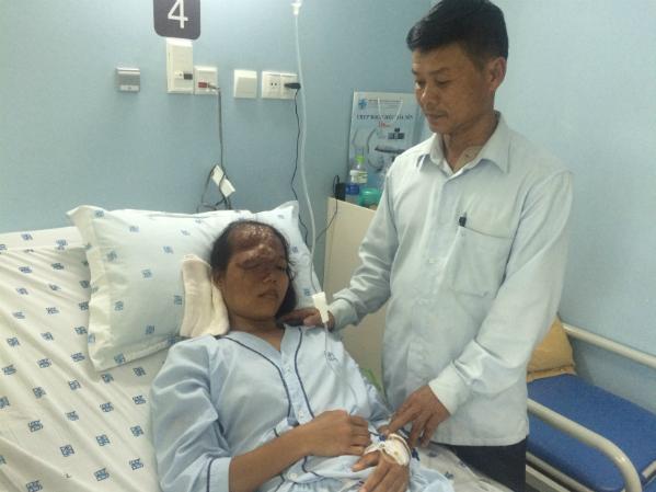 Trang và bố tại bệnh viện. Ảnh: T.P