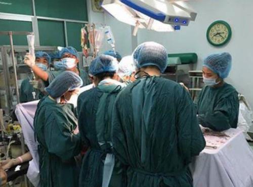 Các bác sĩ thực hiện phẫu thuật. Ảnh bệnh viện cung cấp.