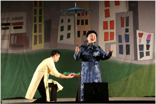 Trong đêm kịch Không ai phải sợ ngày 11/3 tại Trung tâm Văn hóa Kinh Bắc (Bắc Ninh), danh hài Xuân Hinh đã mang lại những tiếng cười sảng khoái, khi liên tục hóa thân vào các vai diễn Thị Nở, Chí Phèo, cô bé thượng ngàn&